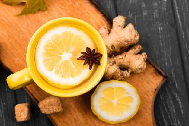 Beker met citroenthee-aroma