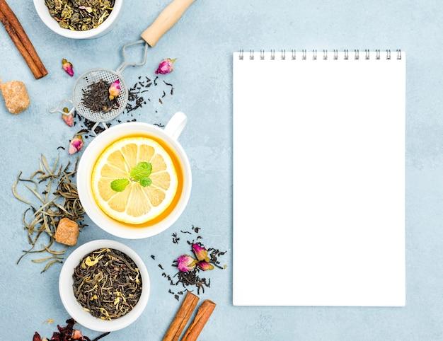 Beker met citroenthee en notebook