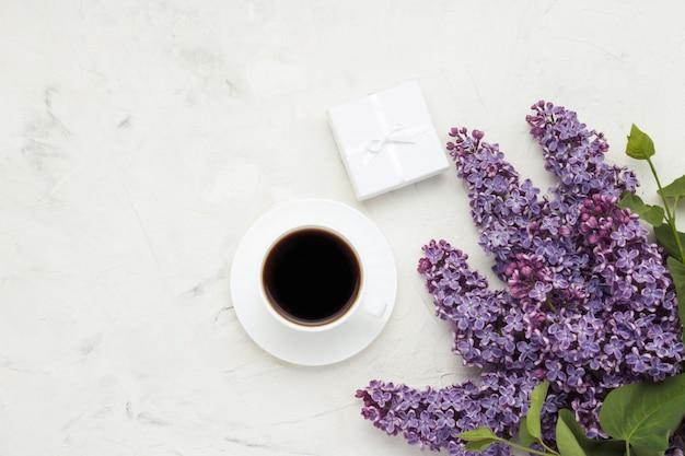 Beker met een koffie, een geschenkdoos en een mooi wit oppervlak