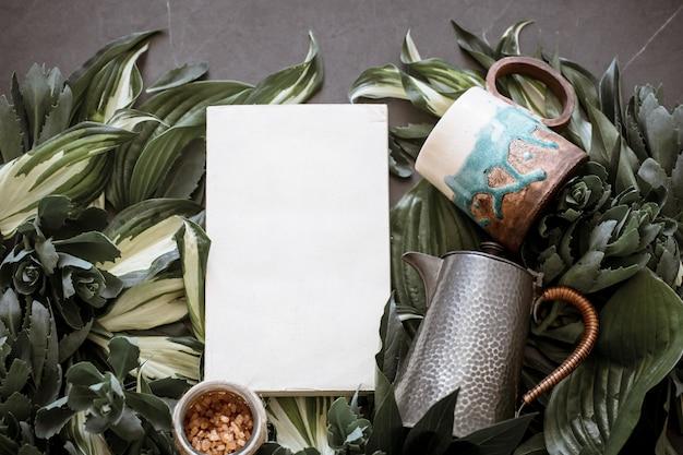Beker met een theepot op een groen blad
