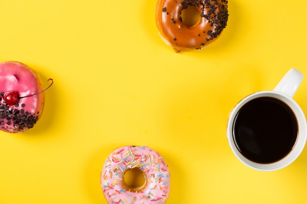 Beker met koffie en donuts