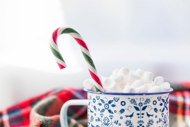 Beker met marshmallow en snoepgoed