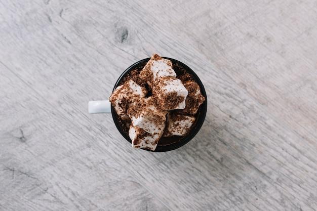 Beker met marshmallows en cacaopoeder