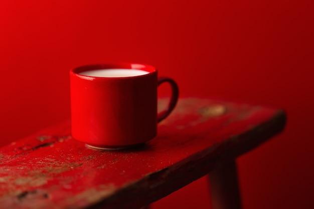 Beker met melk op rode achtergrond