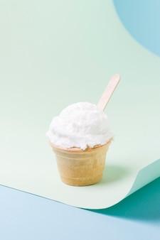 Beker met vanille-ijs