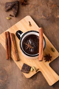 Beker met warme chocolademelk aromatische drank op een houten bord