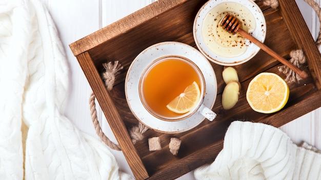 Beker van gemberthee met citroen en honing