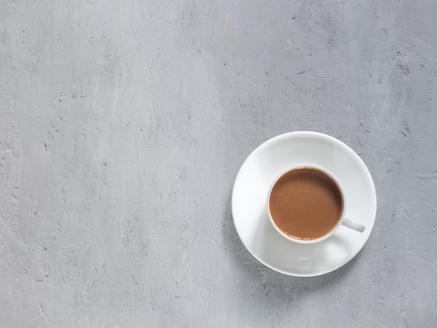 Beker van geurige koffie op een achtergrond onder het beton.