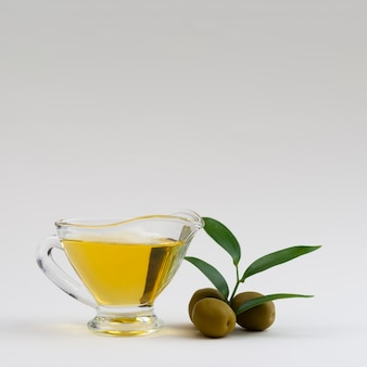 Beker van olijfolie met kopie ruimte