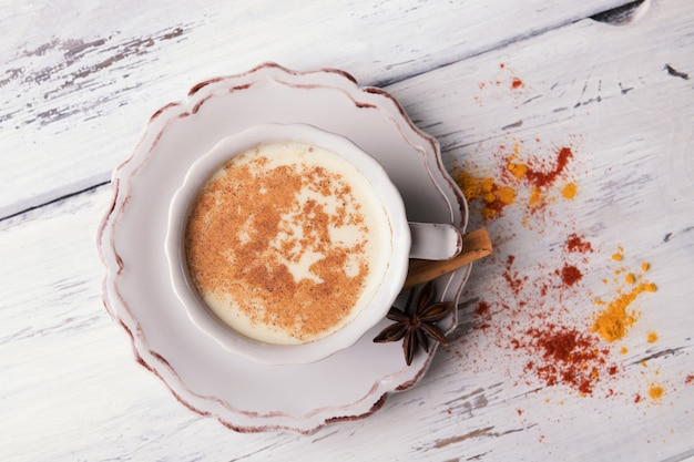 Beker van traditionele indiase chai thee met steranijs en kaneel