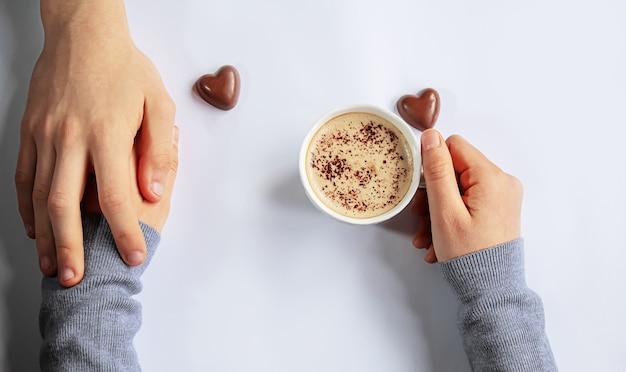 Bekerdrankje voor het ontbijt in de handen van geliefden. selectieve focus.mensen