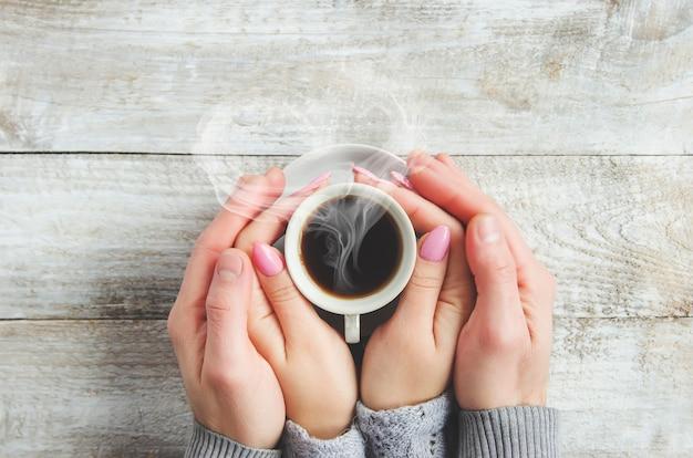 Bekers met een koffie in de handen van mannen en vrouwen. selectieve aandacht.