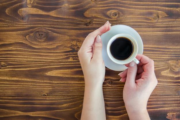 Bekers met een koffie in de handen van mannen en vrouwen.