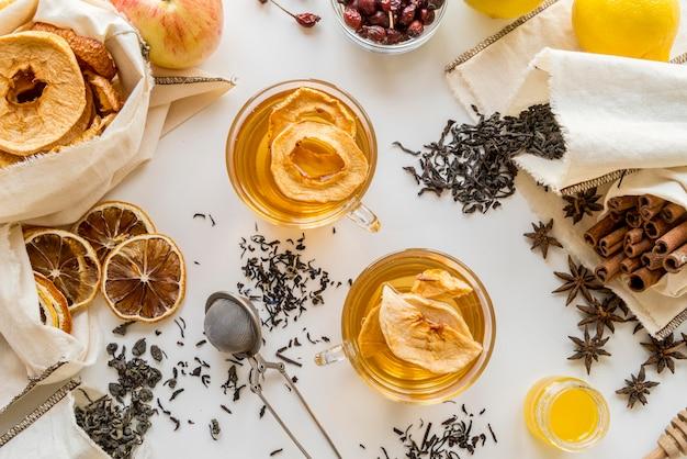 Bekers met thee kruiden en citroen