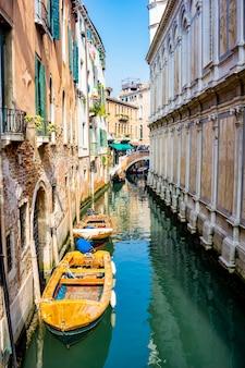 Bekijk boten bij smal kanaal in venetië, italië