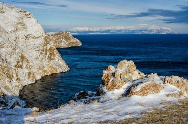 Bekijk boven grote mooie meer en berg in de winter, baikal meer, rusland