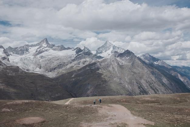 Bekijk close-up bergen scène in nationaal park zermatt, zwitserland, europa. zomerlandschap, zonnig weer, dramatische blauwe lucht en zonnige dag