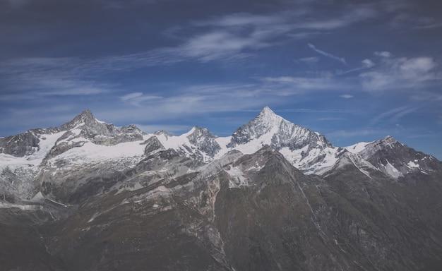 Bekijk close-up bergen scènes in nationaal park zermatt, zwitserland, europa. zomerlandschap, zonnig weer, dramatische blauwe lucht en zonnige dag