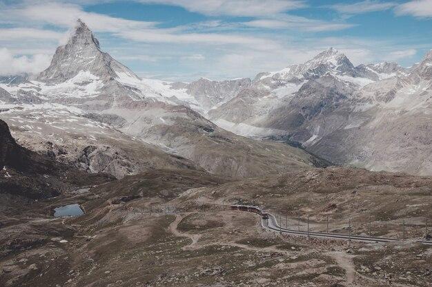 Bekijk close-up matterhorn berg, scène in nationaal park zermatt, zwitserland, europa. zomerlandschap, zonnig weer, dramatische blauwe lucht en zonnige dag
