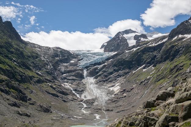 Bekijk close-up meerscènes in bergen, nationaal park zwitserland, europa. zomerlandschap, zonnig weer, dramatische blauwe lucht en zonnige dag