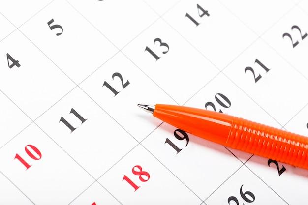 Bekijk de datums in een zakelijk kalenderconcept