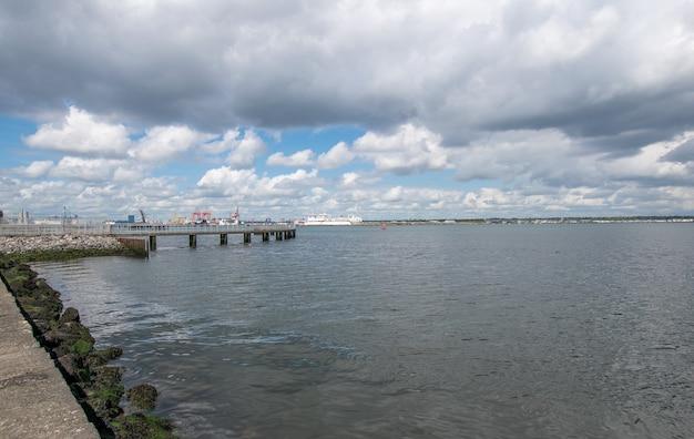 Bekijk de haven van oof dublin vanaf de poolbeg-wandeling over de baai van dublin