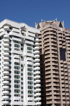 Bekijk de moderne gebouwen