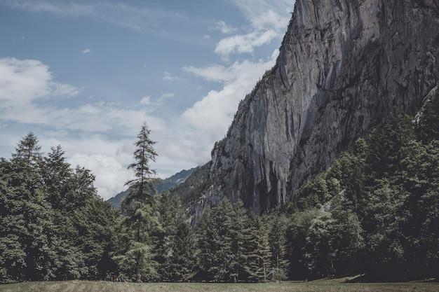 Bekijk de vallei van de watervallen in het nationaal park van de stad lauterbrunnen, zwitserland, europa. zomerlandschap, zonnig weer, dramatische blauwe lucht en zonnige dag