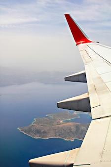Bekijk door een vliegtuigraam