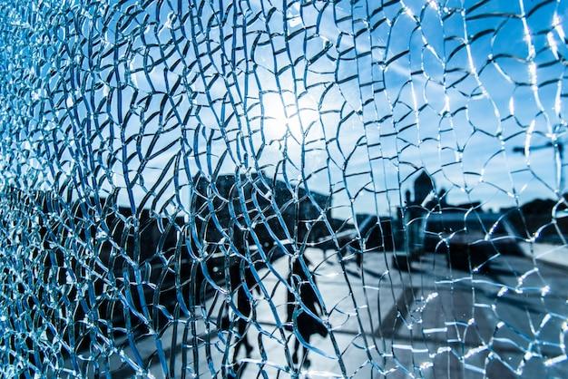Bekijk door gebarsten glas op een zonnige dag