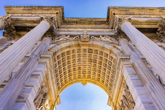 Bekijk in arch of triumph (arco della pace) in park sempione in milaan, italië