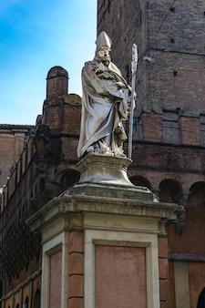 Bekijk in saint petronius standbeeld in bologna, italië