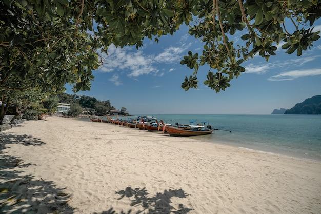 Bekijk lange staart boot aanmeren in de haven van ton sai bay, phi phi-eilanden, andaman zee, thailand.