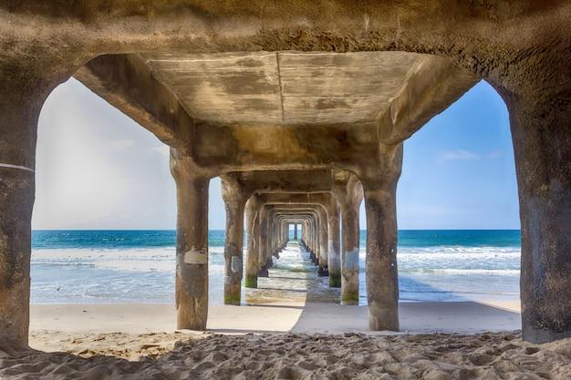 Bekijk onder de pier op manhattan beach, californië