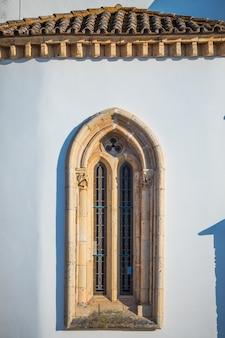 Bekijk op architectuur op oude stadsstraat in faro, algarve, portugal.