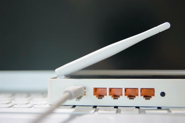 Bekijk op de poorten van een draadloze internetrouter.