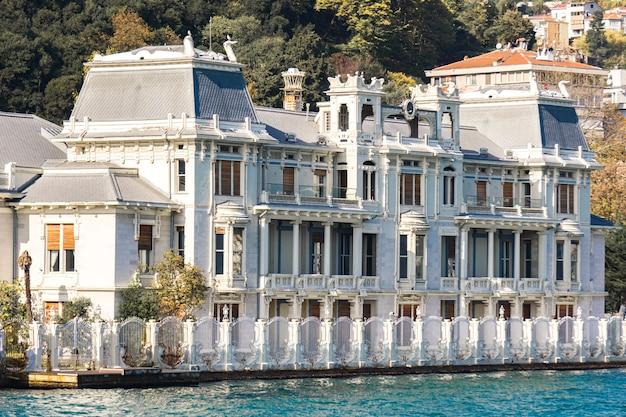 Bekijk op het consulaat-generaal van de arabische republiek egypte aan de bosporus in istanbul, turkije. het werd gebouwd voor de moeder van de laatste onderkoning van egypte, abbas hilmi ii