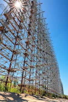 Bekijk op horizon radarstation arc (duga), een geheim object in de tsjernobyl-zone, pripyat, oekraïne