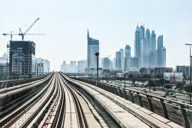 Bekijk op metro weg op het centrum van dubai