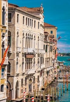 Bekijk op smal kanaal tussen kleurrijke historische huizen in venetië, italië