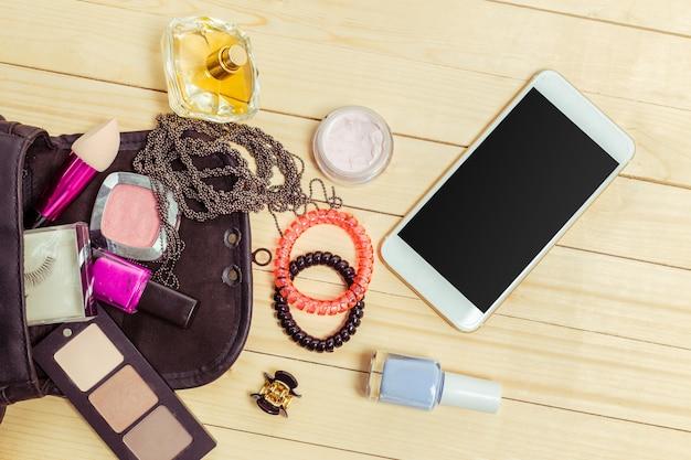 Bekijk op vrouwen tas spullen op houten