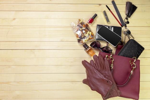 Bekijk op vrouwenzak spullen