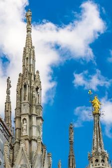 Bekijk op witte marmeren torenspitsen op het dak van de beroemde kathedraal duomo di milano in milaan, italië