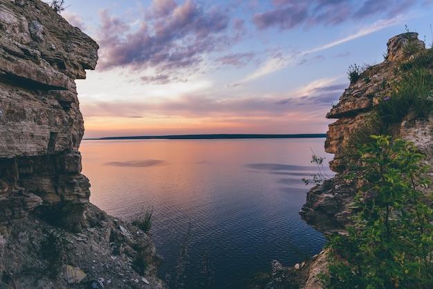 Bekijk op zonsondergang op de rivier door kloof
