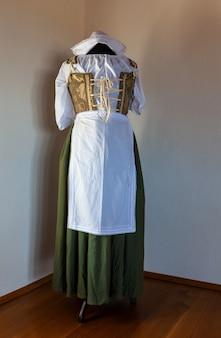 Bekijk ot typische antieke istrische jurk