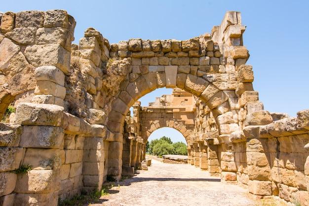 Bekijk oude romeinse stad van tindarys, sicilië