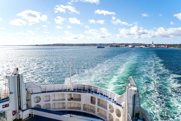 Bekijk over boord van passagiersveerboot tussen denemarken en zweden