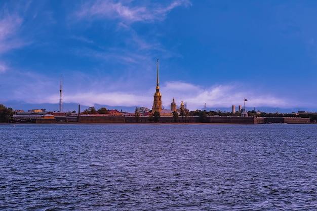 Bekijk over de rivier de neva bij peter en paul fortress en kathedraal in sankt petersburg, rusland