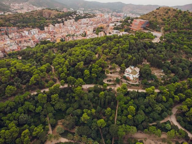 Bekijk park guell in barcelona. catalonië, spanje