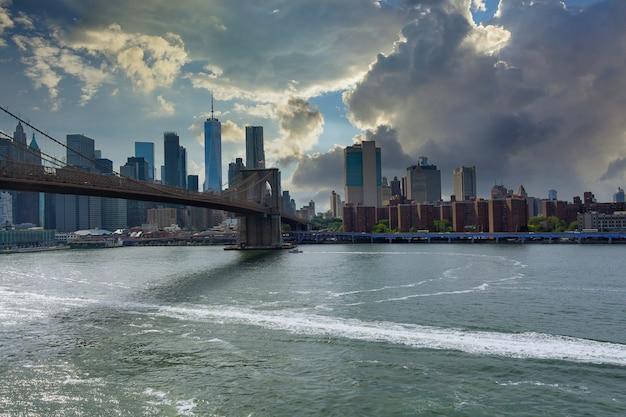 Bekijk prachtige zonsondergang stadsgezicht over lower manhattan in new york city verenigde staten amerika op panoramisch uitzicht op de skyline van brooklyn bridge